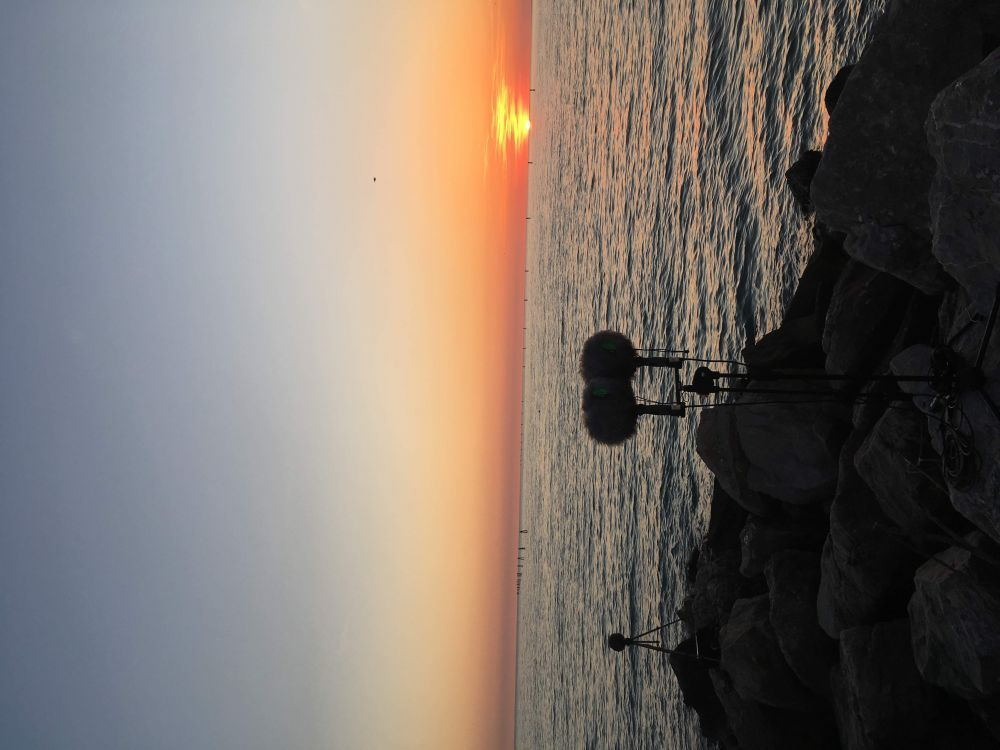 sciabordio mare su scogli a Grado (costa azzurra)
