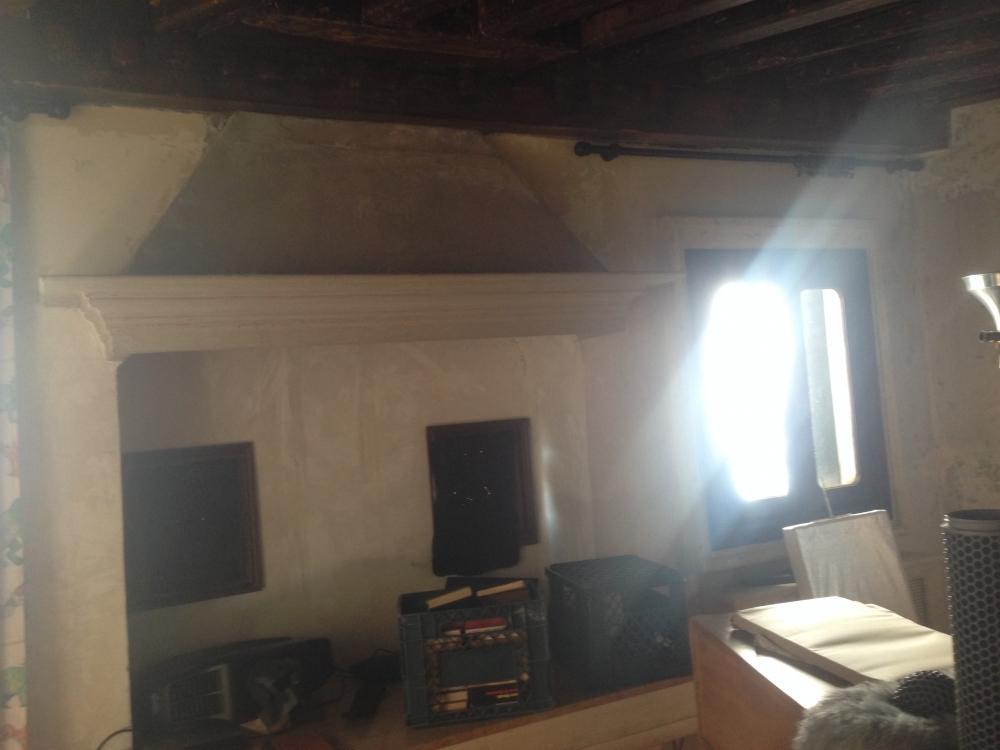 Ambiente interno Casa Caboto secondo piano stanza del camino